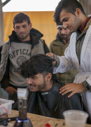 Barbers slaan handen in één voor Lesbos