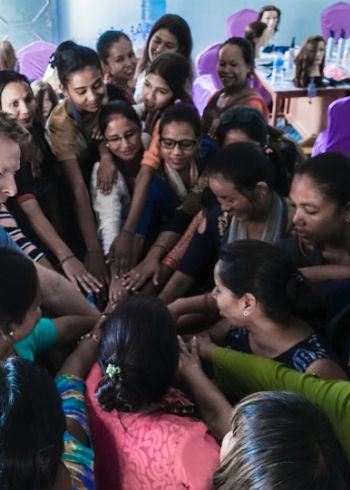 Hairdressers Without Borders zet zich in voor vrouwen in Nepal